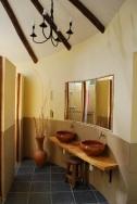 Los baños son modernos y hay agua caliente 24-horas por dia